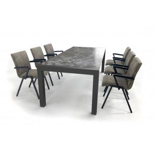 Industriële Dekton tafel met stalen tafelonderstel en stijlvolle stoelen