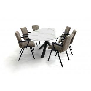 Ovale Dekton tafel met stoer kruispoot onderstel en comfortabele eetkamerstoelen