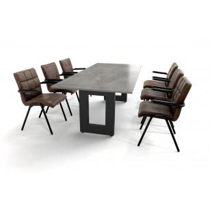 Robuuste eettafel met betonlook blad en lederen stoelen