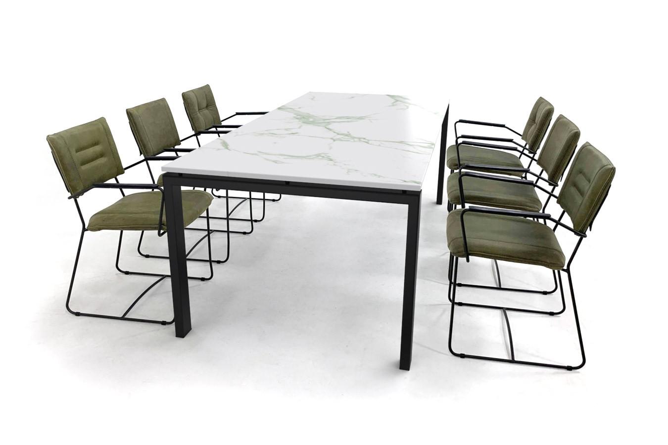 Marmerlook eettafel met trendy leren stoelen
